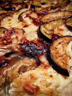 Pizza à l'aubergine, au chèvre et au miel