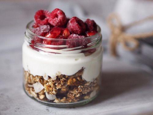 Rychlá křupavá granola ️ (2 porce) Jemné ovesné vločky (¼ hrnku) nasucho opražime na pánvi, spolu s 1 lžící sezamových semínek (lze přidat i jiná oblíbená semínka) přidáme 1 lžičku rýžového sirupu (medu, javorového sirupu), ½ lžičky skořice a...