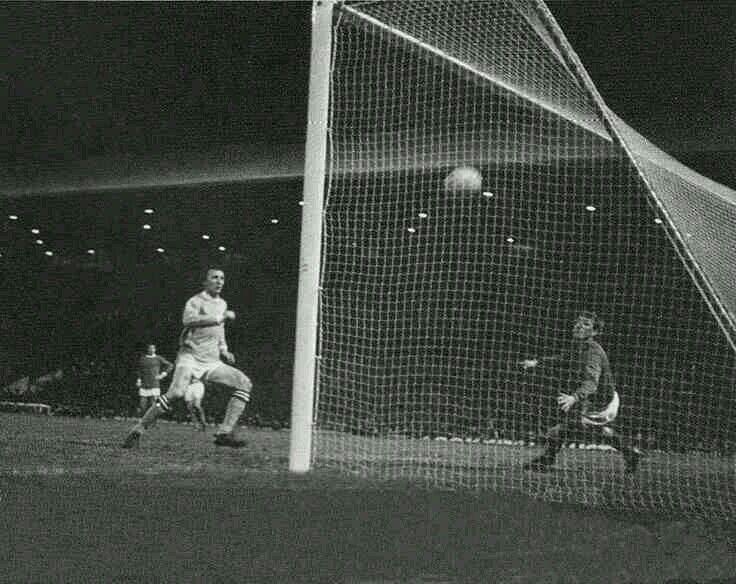 Man Utd 2 Man City 2 (3-4 agg) in Dec 1969. City score a goal through Mike Summerbee in the League Cup Semi Final, 2nd Leg.