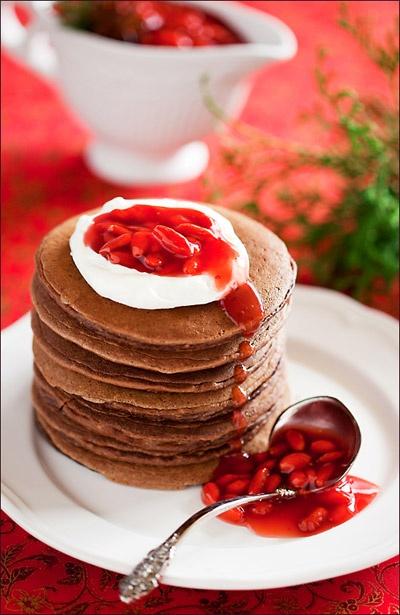 Шоколадные панкейки с соусом из ягод Годжи