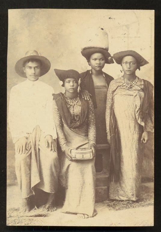 Indonesia ~ Batak Family ~ Sumatra Indonesia ca 1910