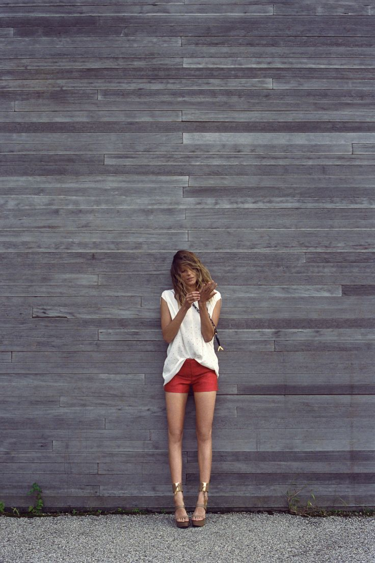 .: White Shoes, Summer Style, White Shirts, Colors Shorts, Spring Summer, Girls Style, Red Shorts, White Tops, Gold Shoes