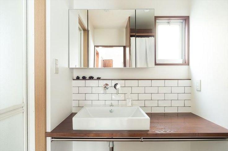 サブウェイタイル風の洗面室(造作本棚のある家:『江古田の戸建リノベーション』) - バス/トイレ事例|SUVACO(スバコ)