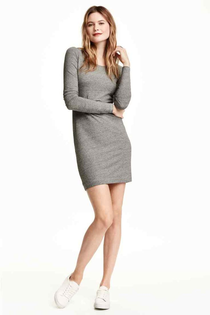 Krátké žerzejové šaty: Krátké přiléhavé šaty z měkkého žerzeje s dlouhým rukávem.