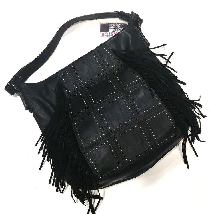 Bolso negro imitación piel con tachuelas y flecos negros de ante. Cierre principal con cremallera. Forro interior de tela negra con bolsillo y apartados. #trastostattoo #style #moda #complementos #fashion #chic #shopping
