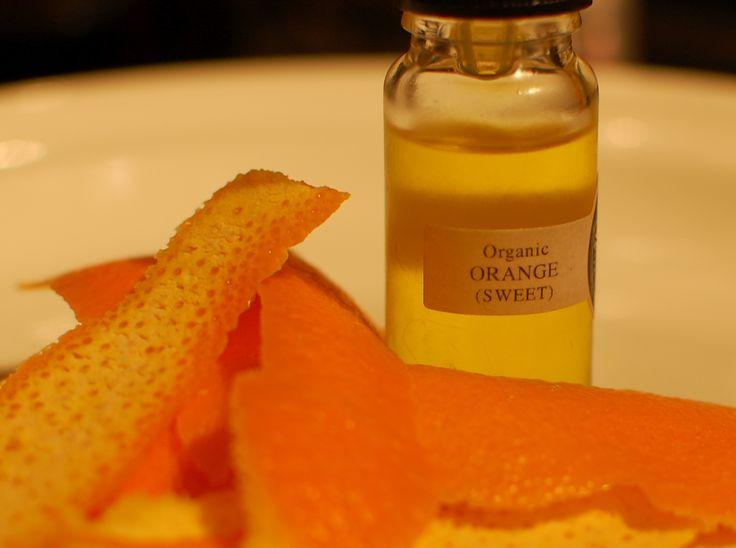 Sivilce Ve Selülitlere Karşı Sinir Yatıştırıcı Portakal Yağı !    Cildin güzelleşmesini sağlayan portakal yağı, cildi sıkılaştırıyor. Sivilce ve aknelere karşı da kurutucu etkisi bulunuyor.    Genelde bitkisel yağlar yada otlar, romatizmaya karşı hafifletici etki sağlıyorlar,Fakat portakal yağı romatizmaya iyi geliyor. Yara ve yanıklara da iyi gelen portakal yağının ateş düşürücü etkiside bulunuyor. Hazmı kolaylaştırıyor, mide rahatsızlıklarını geçiriyor.