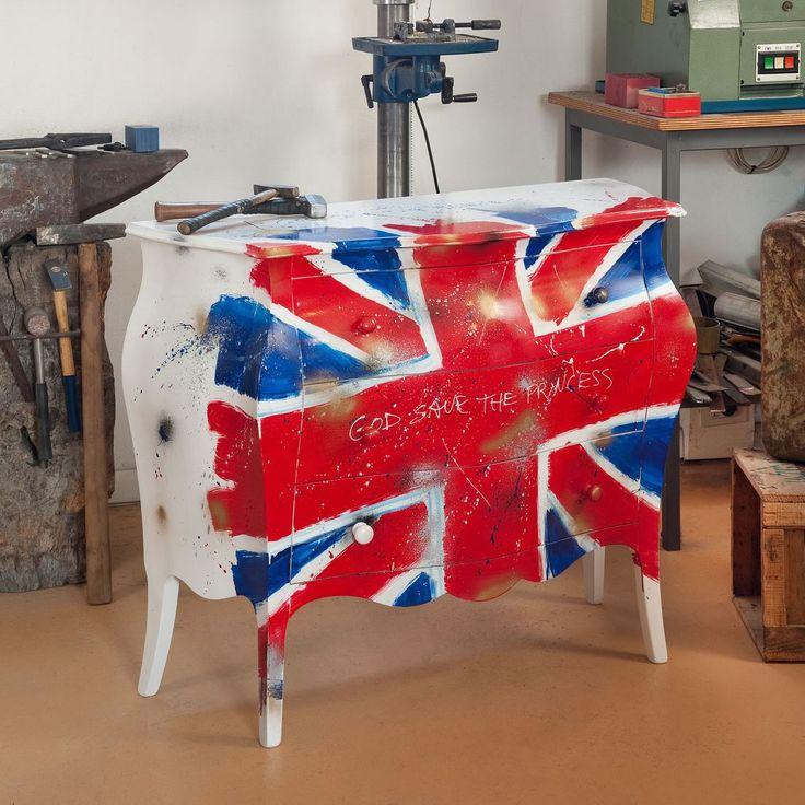 Cassettiera a tre cassettiin legnostile country, decorata con bandiera del Regno Unito. Finito a mano e prodotto in Italia da Castagnetti 1928.