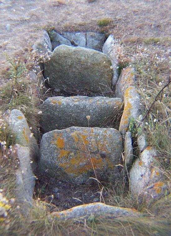 Lit d'un four à goémon. Photo Corynn Thymeur -      Sur Sein, ils étaient bien nombreux ces fours, à une époque pas si lointaine, lorsque l'île vivait de la pêche des hommes et du goémon des femmes. De ce goémon qu'on faisait brûler, on tirait de la soude de qualité médiocre, sous forme de pain, qui partait en lourds cubes dûment pesés, vers les usines du Finistère Nord, sur le continent. Et cela a duré jusqu'à ce que la soude venue d'Amérique du Sud, surtout du Chili, ne vienne concurrencer…