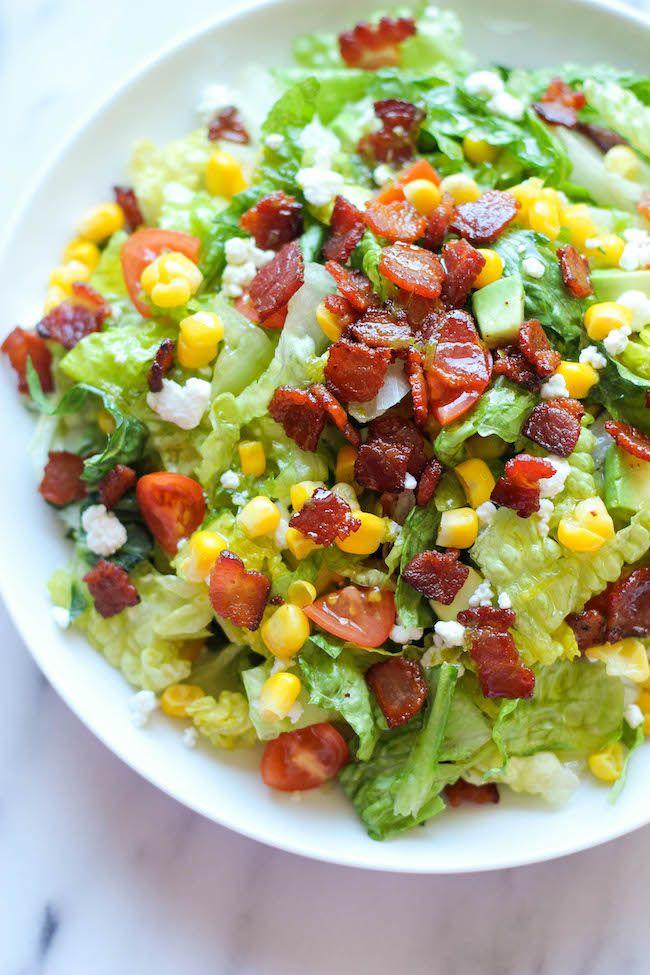 ベーコン・レタス・トマトだけでなく、チーズやアボカドまで入って彩りもきれい!ボリュームたっぷりでバランスの良いサラダのレシピをご紹介します。
