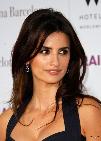 Ella es Penélope Cruz Sánchez y es una actriz de Madrid. Sus peliculas famosas son Pirates of the Caribbean, Sex in the City 2, y G-Force.