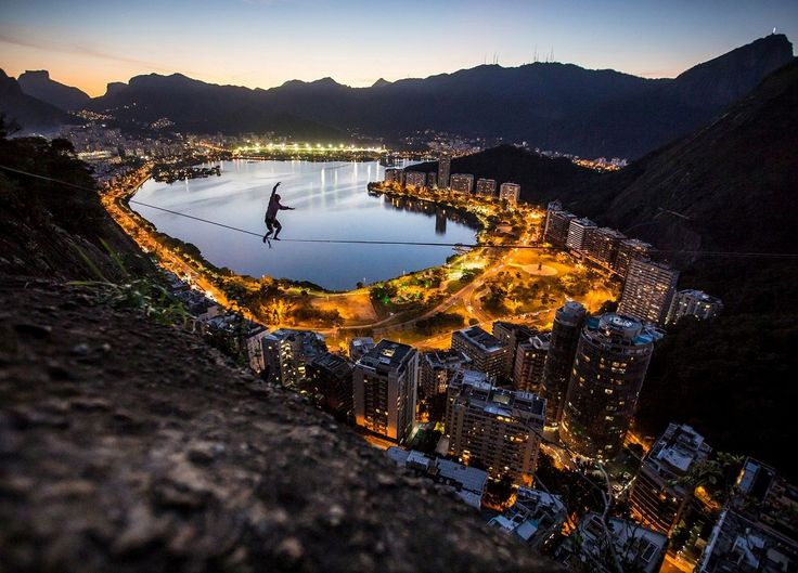Слэклайн над Рио-де-Жанейро, Бразилия.
