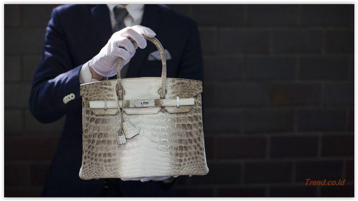 #tas #hermes Jejak Sebuah Tas Hermes Rp 950 Juta di Pengadilan.Sebuah tas Hermes seharga Rp 950 juta membawa Devita Friska meringkuk di penjara sembari diadili di Pengadilan Negeri Jakarta Pusat (PN Jakpus). Dia didakwa melakukan penipuan dalam jual beli tas para sosialita itu. Bagaimana kronologinya? Berikut hal ikhwal kasus tersebut,Jumat (28/8/2015) : Februari 2013 Margaret membeli tas Hermes tipe Sac Birkin 30 Crocodile Niloticus Himala