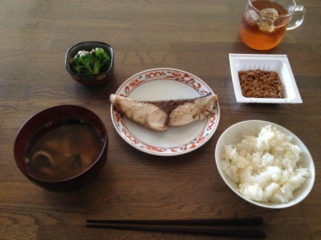 ごはんとお味噌汁の位置間違えた(T_T) - 2件のもぐもぐ - 10/29 朝食 ぶりの塩焼き、お味噌汁(あさげ+ごま油) by かほ