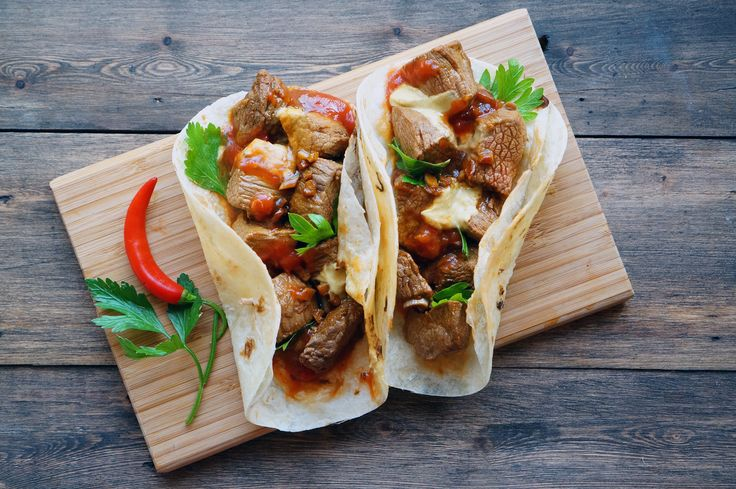 Фахита | Фахита (исп. fajita) — блюдо мексиканской кухни, представляющее собой завёрнутое в тортилью (мягкую пшеничную лепёшку) жареное на гриле и нарезанное полосками мясо с овощами. Чаще всего используется говядина, но также свинина, мясо кур, иногда морепродукты. К мясу часто добавляются: сметана, гуакамоле, сальса, пико-де-гальо, сыр и томаты.
