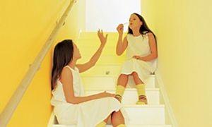 [ Geel lacht ] Geel is warm, zonnig en sprankelend. Een heel stimulerende kleur die vaak wordt gebruikt om donkere kamers op te fleuren. Geel is in staat om het weinige licht dat binnenvalt, te reflecteren. Volgens de Feng Shui-theorie bevordert geel behaaglijkheid en harmonie en is daardoor uitstekend geschikt voor een eetkamer