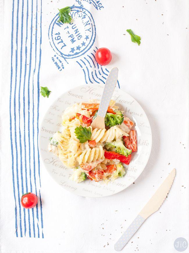mi tenedor azul con topitos y el cuchillo a juego en receta de pasta hecha por Jaleo en la cocina