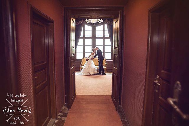 Tuhle fotku ze svatby Lucky a Honzy si prohlížím moc rád... Pokud si to totiž dobře pamatuji, tak vznikla jako nearanžovaná momentka ještě před obřadem. #svatba #wedding #svatebnifoto #weddingphoto #svatebnifotograf #weddingphotographer #czechwedding #czechphotographer #czechweddingphotographer #nevesta #zenich #momentka #dvere #brandys #brandysnadlabem #zamek #zamekbrandys #zamekbrandysnadlabem #mamsvojipracirad #fotiltomilan