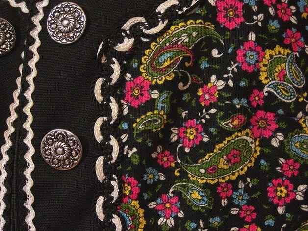 Sehr schöne Trachten Kombination aus einem tollen bunt gemusterten Paisley-Druck, verziert mit schwarzen Besätzen und Borten. Sie besteht aus einem Bolero mit Ketterlverschluss und einem hübsch...