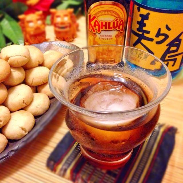 カルーアのモニター当たりました。ありがとうございます!  カルーア+ウオッカ=ブラック・ルシアンをもじって、 カルーア+泡盛=ブラック・うちなん!  沖縄=うちなー…と、言うことで…  泡盛はスッキリ系のを選びました。泡盛+コーヒーは相性が良いので美味しいです。この飲み方でアルコール度数23度なので注意!  ちんすこうはカルーアのコーヒー風味が飛びやすいので厳しいです  カルーアでSweetドリンク❤️ - 154件のもぐもぐ - ブラック・うちなん&雪塩ちんすこう(カルーア風味?) by アッチ