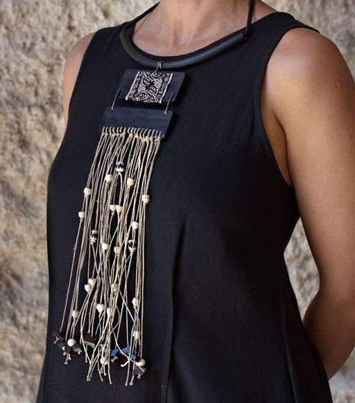 Collier: plaques d'ébène ornées d'une passementerie baroque, fils de lin et petites perles en os, tour de cou en caoutchouc