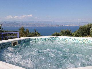 Grote luxe villa met privé-Infinity zwembad, een jacuzzi en uitzicht op zee  Vakantieverhuur in Corfu van @homeaway! #vacation #rental #travel #homeaway