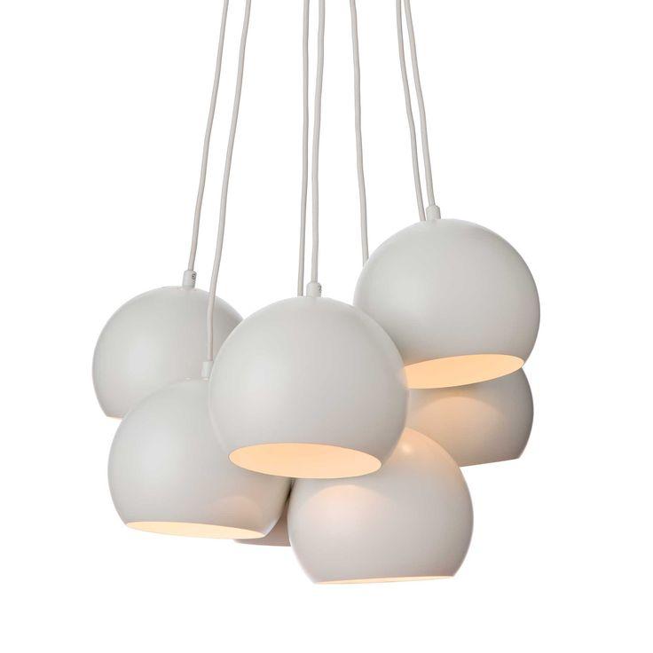 Unsere Hängelampe Koge Ball bezaubert durch edles Design in strahlenden Nuancen. Aus 100% Edelstahl verarbeitet, erhellen die sieben runden Leuchten Ihr Zuhause.