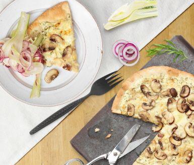 Pizza bianco är helt enkelt en pizza utan tomatsås. I det här lätta receptet använder du crème fraiche som du smaksätter med vitlök och färsk dragon. På med härlig höstsvamp och riven ost så är din pizza bianco redo för ugnen. Servera gärna med en fräsch sallad på fänkål och rödlök.