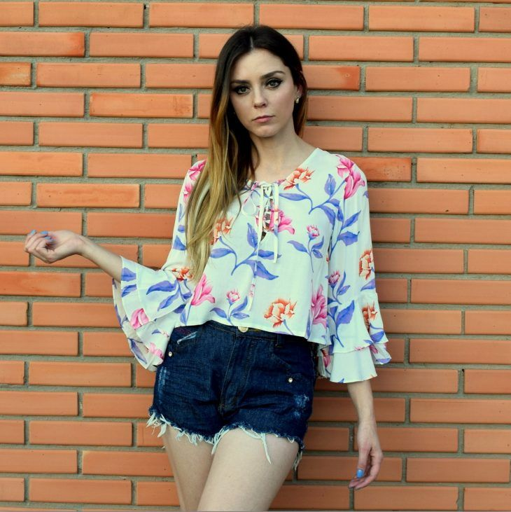 cropped-floral-off-white-mangas-babado-flare-sino-lace-up-soltinho-tendencia-comprar-look-bloguiera