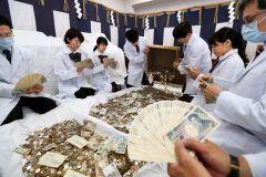 今年も初詣客で賑った伏見稲荷大社で正月三が日のさい銭を集計するさい銭開きが始まったらしいですよ 境内のカ所からさい銭箱が集められて集計は手作業や機械などで日もかかるんだって 日本円に交じって外貨や万円いいとしの小切手なんかも入っていたそうで相当な金額になりそうですね() tags[京都府]