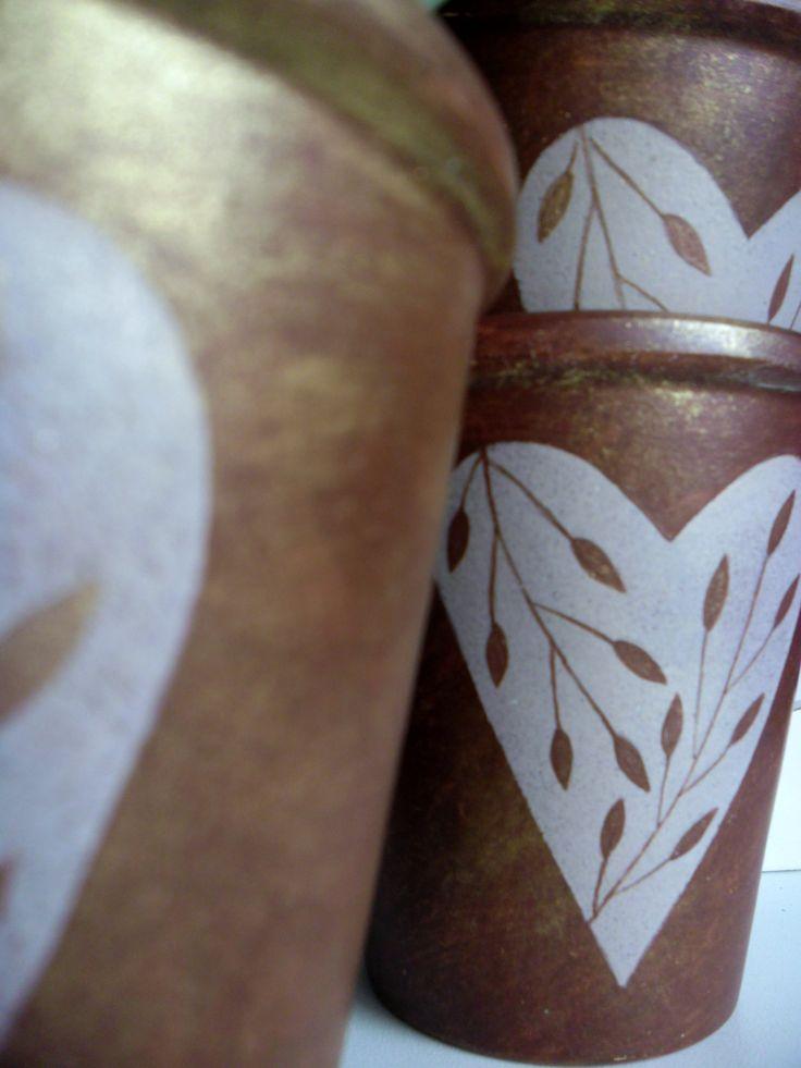 větvičky květináč - obal - z pálené hlíny malovaný a patinovanýakrylovými barvami, zlacený, výška 10 cm, horní průměr 9 cm, spodní 6 cm cena za 1 kus
