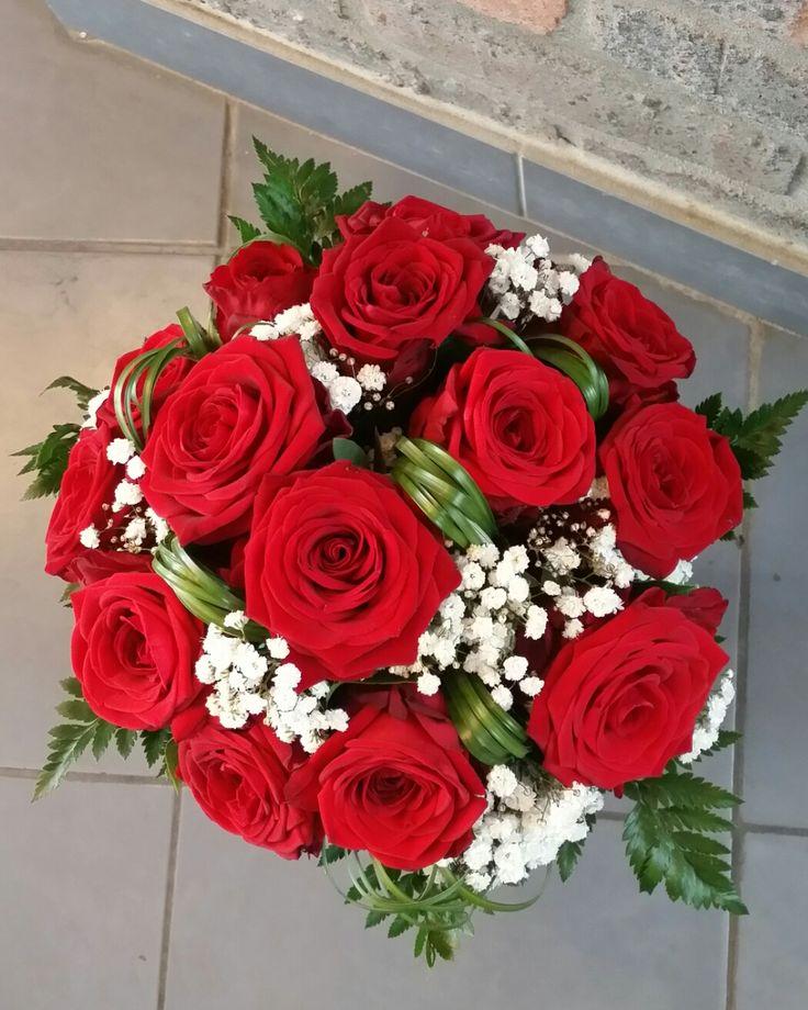 Bouquet de mariée classique avec roses rouges, gypsophile et beargrass.