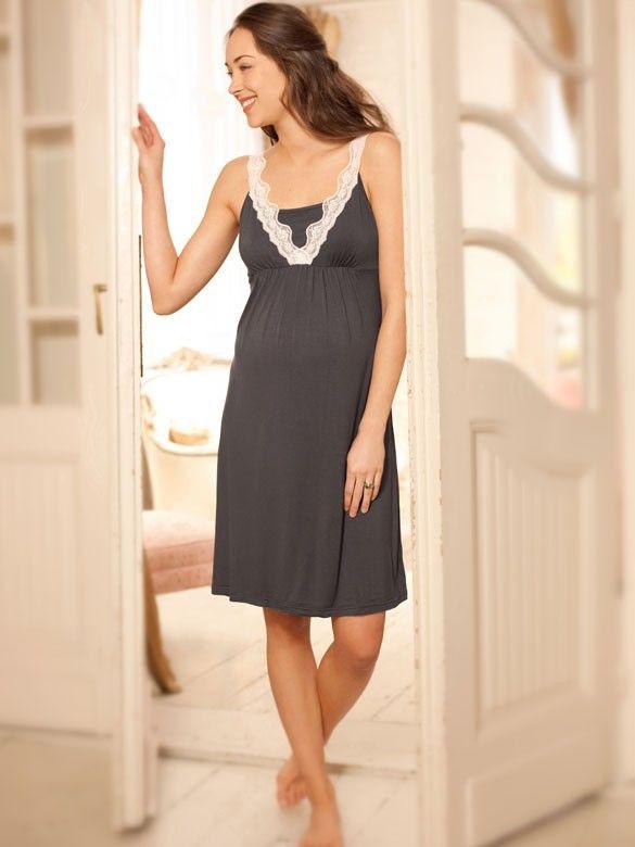Pridajte do vášho tehotenského a materského šatníka príťažlivosť s toutu krásnou elegantnou nočnou košeľou. Materiál je jemný a elastický, aby ste sa cítili stále pohodlne. Nazberkaný empírový strih ukryje rastúce bruško po celý čas tehotenstva. Dôležitým prvkom je skrytá podpora - zabudovaná podprsenka ukončená elastickou gumičkou s jednoduchým spôsobom na kojenie. Do podprsenky si môžete umiestniť tampóny.