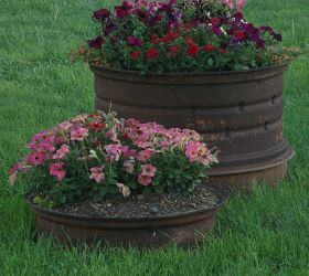 Flower beds and container gardens out of repurposed tractor wheel rims. So country cute!