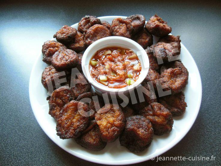 Voici les claclos, des beignets ivoiriens que l'on mange sur le coup des 16h00 à Abidjan. Ingrédients des claclos (disponibles sur magasin-africain.fr) Pour 4 personnes, il vous faut : 4 bananes plantains bien mures (à la peau noire), 2 ou 3 cuillères à soupe de...