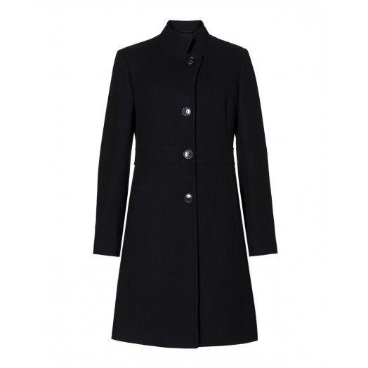 Cappotto monopetto, con chiusura a 4 bottoni. Taglio in vita e leggermente svasato, tasche a filo e collo coreana alto.
