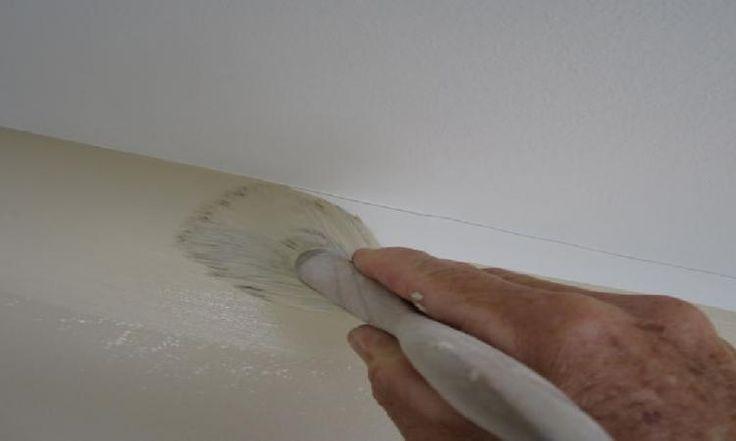Les maîtres-peintres n'ont jamais besoin de ruban à masquer! Avec ce truc, faire un découpage parfait entre le plafond et le mur devient un jeu d'enfant!