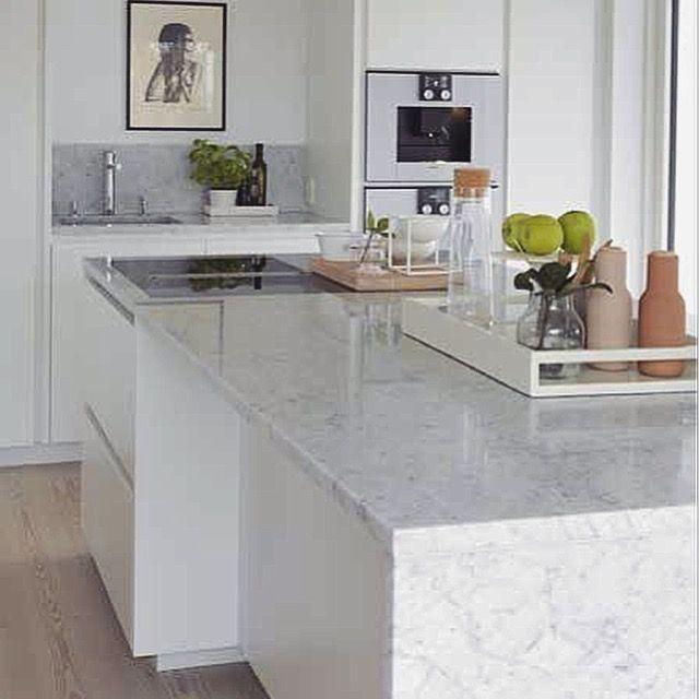 Moderne Kjøkken inspirasjon med naturstein carrara marmor benkeplate / kjøkkenøy - Modern design kitchen ideas with natural stone carrara marble countertop / kitchen island