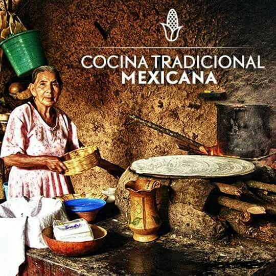 En esta foto podemos apreciar una típica cocina tradicional mexicana, en donde no puede faltar un gran comal para hacer tortillas, ni una excelente cocinera tradicional.