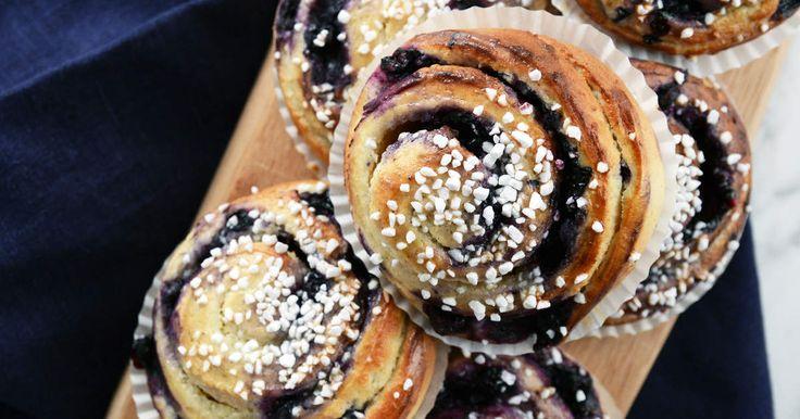 Ljuvligt krämiga bullar som fylls med blåbär och hemgjord vaniljkräm. Baka dessa och fikagästerna kommer att köa utanför din dörr...