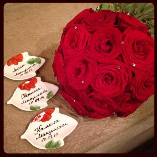 Фарфоровые рассадочные карточки с именами гостей. Автор Даминова Флёра.