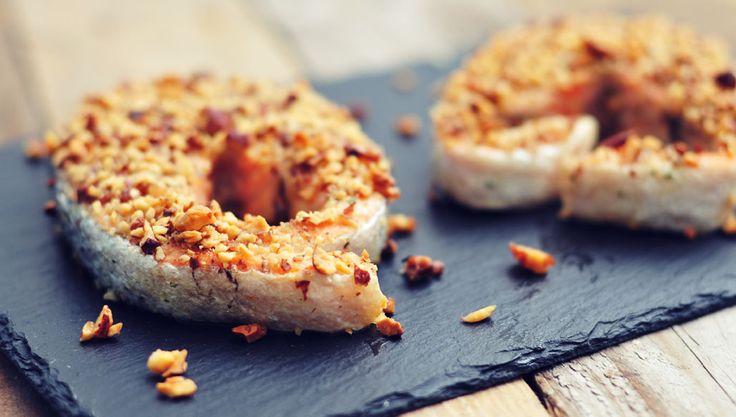 Heerlijke zalm met notenkorstje. Zalm is een gezonde vis die rijk is aan vele vitamines en mineralen.
