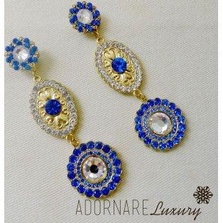 Brinco Luxury, com strass cristal e azul royal, com base dourada, pino e tarracha de silicone. Clique na foto para comprar!