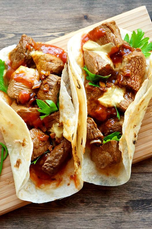 Хозяйке на заметку. Фахита (исп. fajita) — блюдо мексиканской кухни, представляющее собой завёрнутое в тортилью (мягкую пшеничную лепёшку) жареное на гриле и нарезанное полосками мясо с овощами. Чаще всего используется говядина, но также свинина, мясо кур, иногда морепродукты. К мясу часто добавляются: сметана, гуакамоле, сальса, пико-де-гальо, сыр и томаты. В отличие от буррито, которое подаётся...
