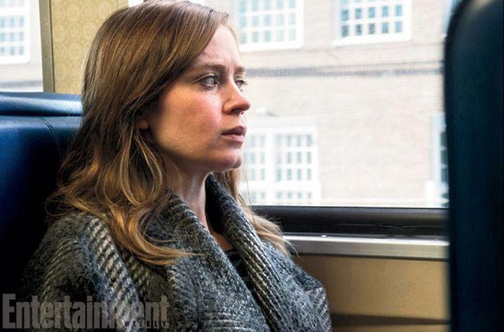 """Emily Blunt nel film tratto dall'aomonimo romanzo di Paula Hawkins, """"La ragazza del treno""""..."""