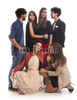Fashion friends - adolescente, adulto, allegro, amica, amici, amicizia, assieme, autunno, bella, bianco, caldo, casuale, che, ride, divertimento, donna, donne, educazione, felice, femmina, gioia, gioiosa, giovane, gioventù, gruppo, in, piedi, inverno, isolato, lifestyle, maschio, persona, persone, ragazza, ragazzo, relax, ritratto, sfondo, sguardo, signora, sorriso, spazio, squadra, studente, studio, uniti, università, uomini, uomo, vestiario