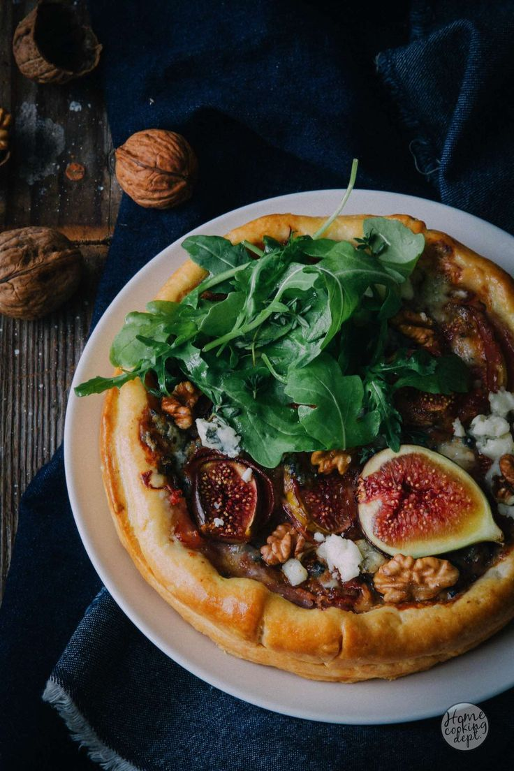 Prachtige hartige vijgentaart met pancetta, walnoten en roquefort. Leuk voor een etentje of bij de borrel. Zo gemaakt. Lees hier verder.