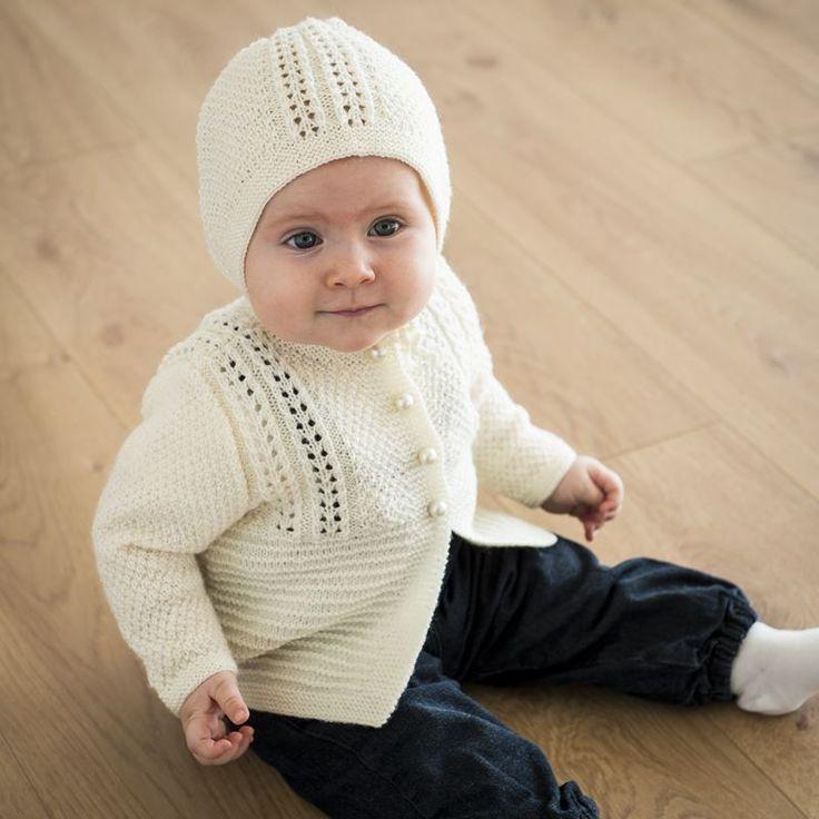 Gratis strikkeopskrift på smuk pigetrøje med hulmønster strikket i Easy Care. Denne smukke trøje har et flot og elegant mønster,