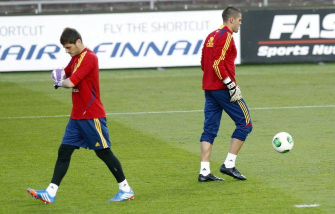 Casillas y Valdés en un entrenamiento en el Olympistadion de Helsinki en 2013 #seleccionespanola #LaRoja #diariodelaroja