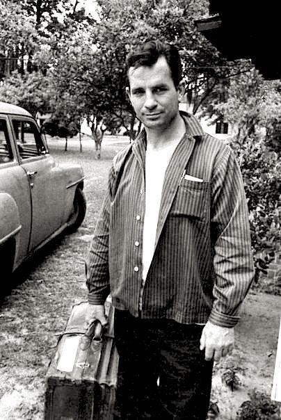 今回のスポットは、アメリカのカウンターカルチャーを代表する小説家、 そして詩人の Jack Kerouac (ジャック・ケルアック)後のヒッピーカルチャーに多大な影響を与え、50-60年代のビートニク(文学運動)の中心的人物であった彼のファッション・スナップ...