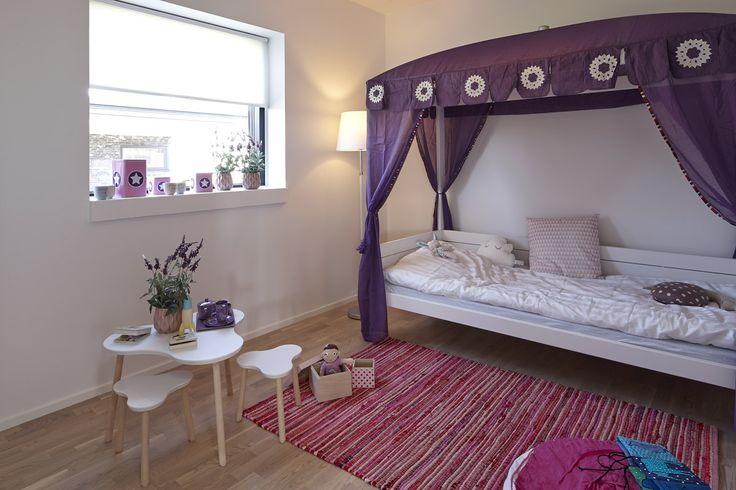 Flot pigeværelse med moderne og hyggeligt præg.
